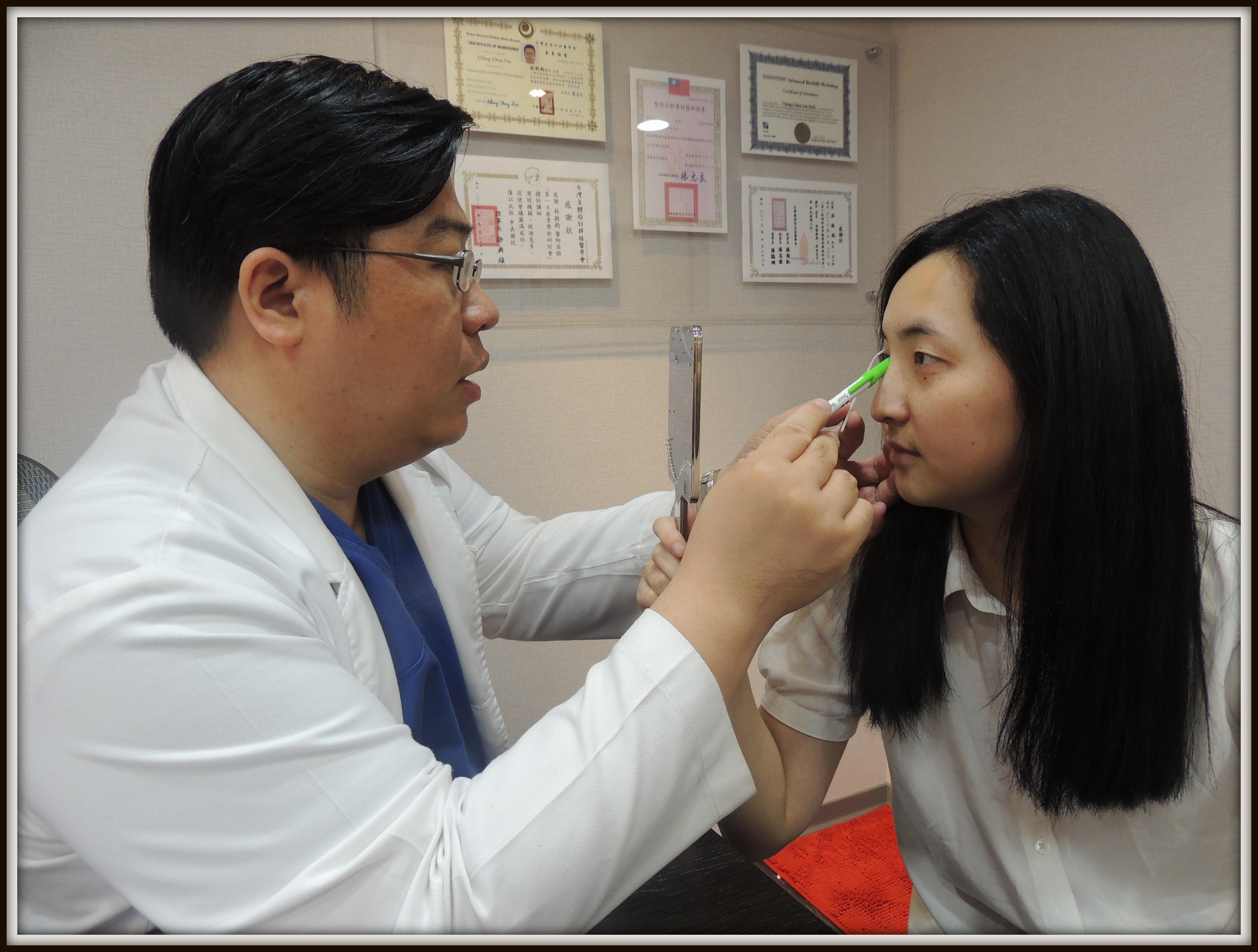 林敬鈞醫師進行雙眼皮手術模擬與術前諮詢.
