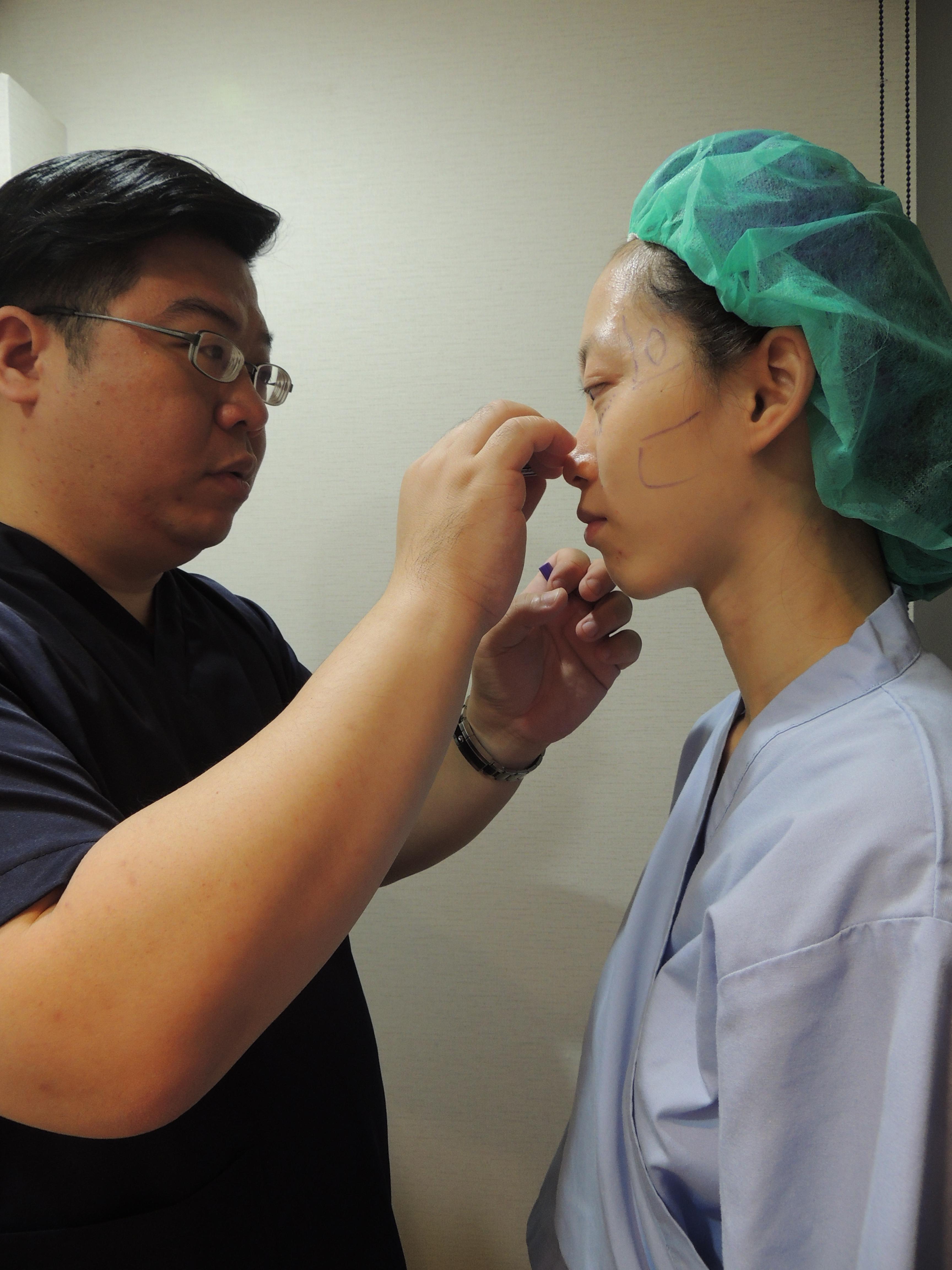 林敬鈞醫師眼袋內開手術標記