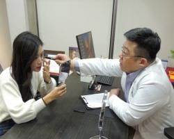 林敬鈞醫師進行複合式眼袋內開手術諮詢
